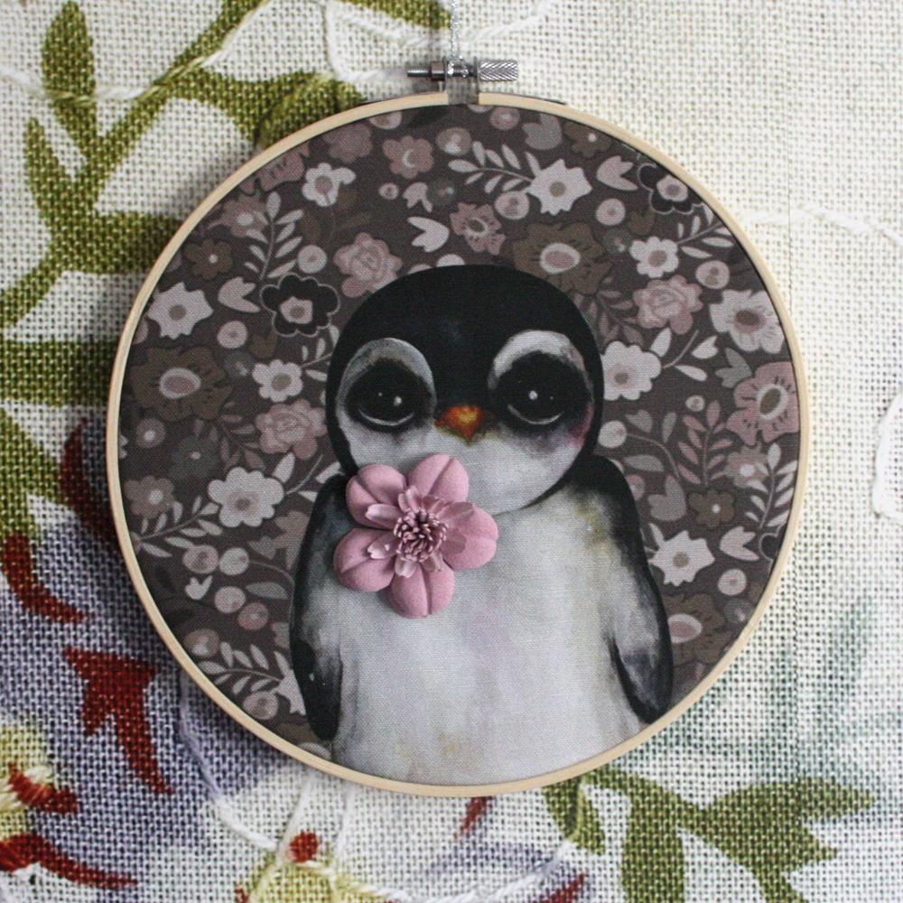 Prívesok retro tučniak s ružový kvet vzor