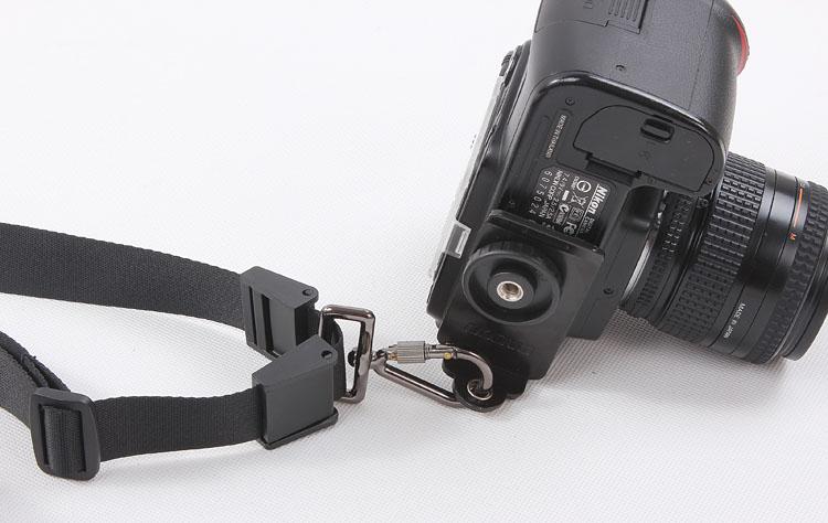 как крепить ремешок к фотоаппарату