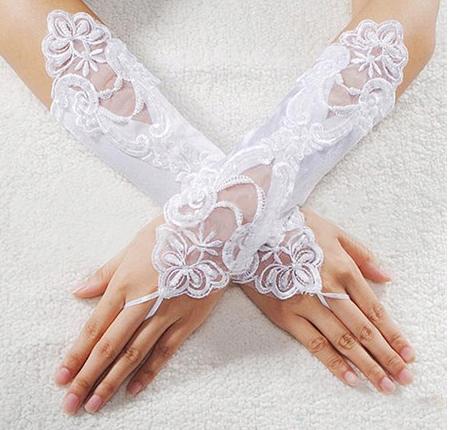 Купить перчатки женские свадебное белое  КРУЖЕВО Сатин 32 на Eurozakup - цены и фото - доставка из Польши и стран Европы в Украину.