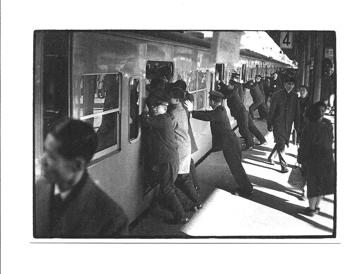 Pocztówka - Japonia, pociąg i 'upychacze' / oshiya