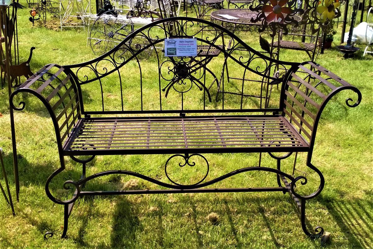 štylizovaná kovová lavica
