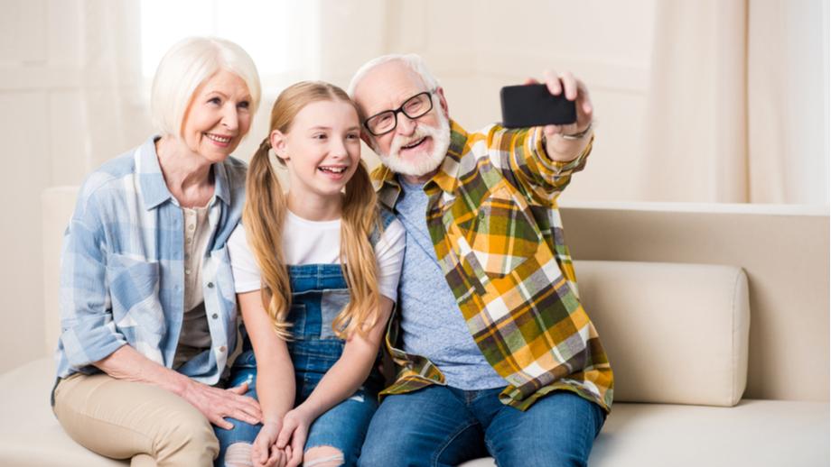 Pomysły na prezenty na Dzień Babci i Dzień Dziadka – wyjdź poza schemat
