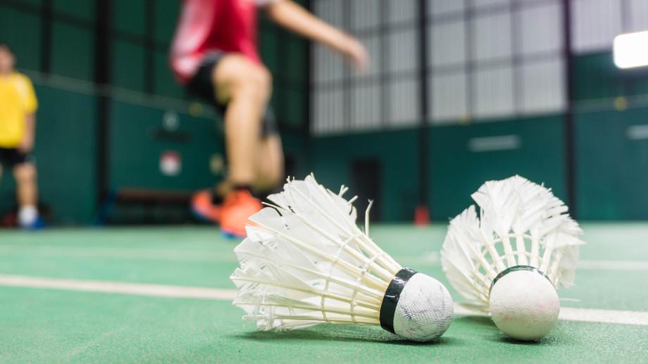 Co daje gra w badmintona?