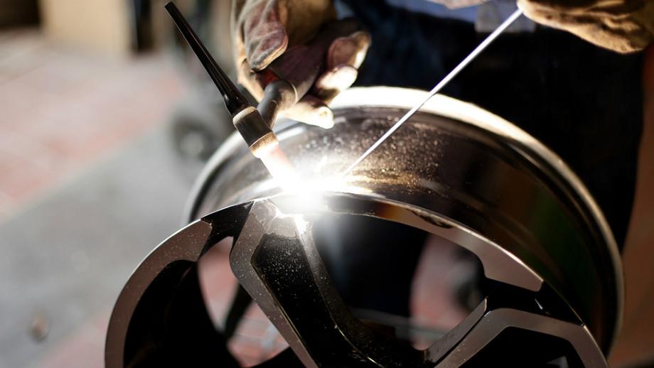 Uszkodzenie felgi aluminiowej: kiedy można je naprawiać?
