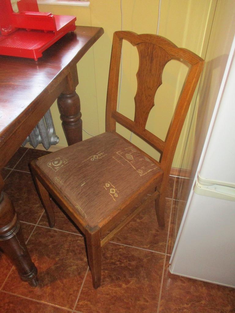 Dwa zabytkowe przedwojenne krzesła po renowacji